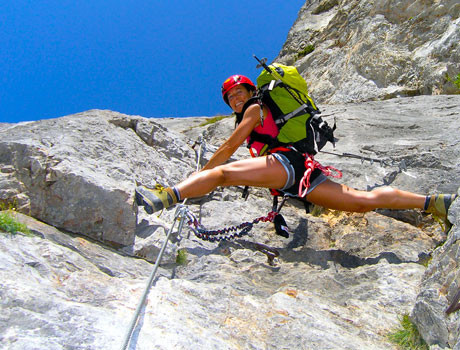 Klettersteig österreich : Bergsteiger auf der via ferrata oder klettersteig in italien
